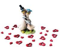 两滑稽的被迷恋的鹅在红色心脏中拥抱 被限制的日重点例证s二华伦泰向量 免版税库存照片