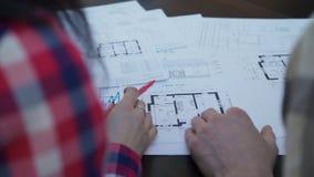 两建筑学会议在谈论大厦计划的办公室  没有表面 股票录像