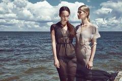 两件美丽的性感的完善的妇女夫人衣裳佩带丝绸 免版税库存照片