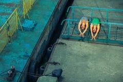 两年轻美好的双姐妹跳舞芭蕾在有芭蕾服装的城市 都市sync舞蹈 工业街道跳舞 与 库存图片