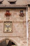 两头被加冠的雕皇家标志 库存照片