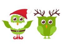 两头逗人喜爱的圣诞节猫头鹰 在圣诞老人帽子和胡子的一头猫头鹰和一个在驯鹿垫铁 免版税库存照片