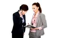 两businesswomans谈论与eachother 库存照片
