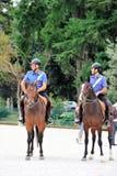 两Carabinieri,在巡逻的意大利马警察在城市停放 图库摄影