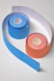 两kinesio在陶形状安排的磁带辗压 免版税库存图片
