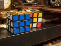 两Rubik ` s在其他怪异附近求坐在一家古董店的待售的立方 免版税库存图片