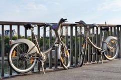 两Velib在巴黎,法国 库存图片