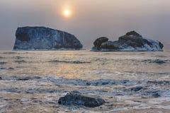 严冬风景早晨海洋岩石 库存图片