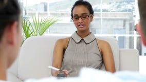 严厉的心理分析家谈话与年轻夫妇 股票视频
