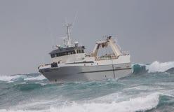 严厉的拖网渔船 库存图片