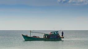 严厉的漂泊的越南渔船人沿海 股票录像
