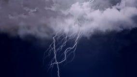 严厉雷暴和强烈的闪电在夜空,气象学,气候 免版税库存照片