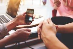 严密地手是有拷贝空间屏幕的固定的单元电话您的广告内容的 图库摄影