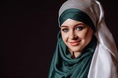 严密的穆斯林礼服的迷人的妇女 库存图片