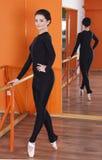 严密的衣物的芭蕾舞女演员 库存图片