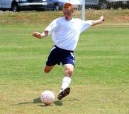 严格反撞力的足球 免版税库存图片