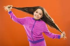 严格概念的头发 孩子女孩长的健康发光的头发 重要事件保持它干净 使用柔和的香波和温水 免版税库存照片