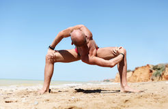严格的脊髓转弯瑜伽姿势的人 免版税库存图片
