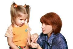 严格窘迫女孩的妈咪 免版税库存图片