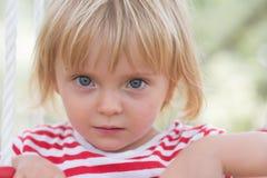 严肃室外想法或哀伤的年轻婴孩白种人白肤金发的真正的人女孩关闭的画象 免版税库存图片
