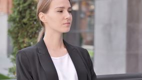 严肃年轻女实业家坐室外 股票录像