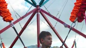 严肃男孩跳跃 愉快的童年夏天plesure户外 股票录像