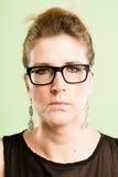 严肃的妇女画象真正的人民高定义绿色背景 免版税库存图片