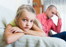 严肃的争吵爸爸和的小女孩户内 库存照片