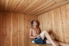 严肃的人坐在蒸汽浴里面 免版税库存照片