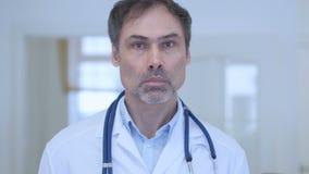严肃的医生画象在医院 股票视频