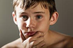严肃的十几岁的男孩用基于奇恩角的手 库存图片