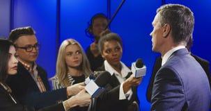 严肃的商人谈话与大众传播媒体代表 股票录像