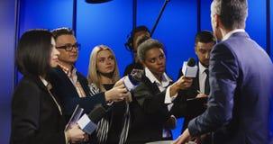 严肃的商人谈话与大众传播媒体代表 股票视频