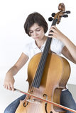年轻严肃的大提琴球员 库存照片