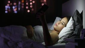 严肃的女孩浏览电话内容夜 股票视频