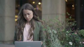 严肃的女实业家与外面膝上型计算机一起使用 股票视频
