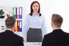 严肃的妇女是上司 在办公室背景的业务会议 队工作商人和女实业家 选择聚焦和拷贝 库存图片