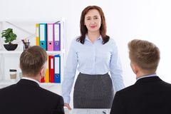 严肃的妇女是上司 在办公室背景的业务会议 队工作商人和女实业家 选择聚焦 免版税库存照片