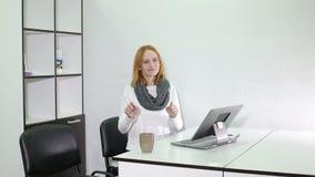 严肃的少妇在办公室举行一次研讨会 股票录像