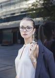 严肃的少妇画象戴眼镜的 免版税库存图片