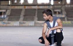 严肃的年轻人在一个老体育场内 免版税图库摄影