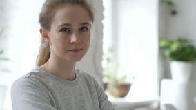严肃的年轻女人画象  股票录像
