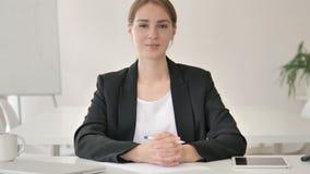 严肃的年轻女实业家在办公室 股票录像