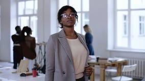严肃的年轻非洲企业家女商人画象摆在现代办公室的镜片和正装的 影视素材