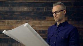 严肃的建筑师读书工程师图纸 股票视频