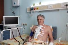 严肃的患者在医院病房里 免版税图库摄影