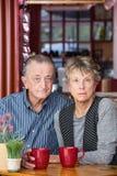 严肃的成熟夫妇在咖啡馆 图库摄影