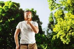 严肃的成熟有胡子的人画象有红色头发的 库存照片