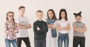 严肃的把手指指向的男孩和女孩照相机 股票视频