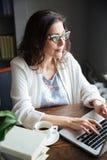 严肃的有吸引力的成熟的商业妇女工作的画象 图库摄影